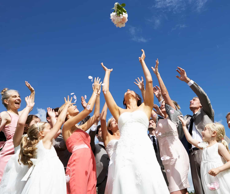 Was zieht man als Gast bei einer Hochzeit an?
