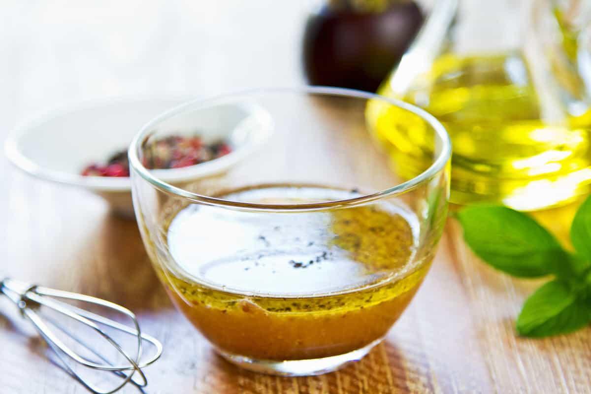 Wann lässt sich ein Speiseöl gut mit Essig mischen?