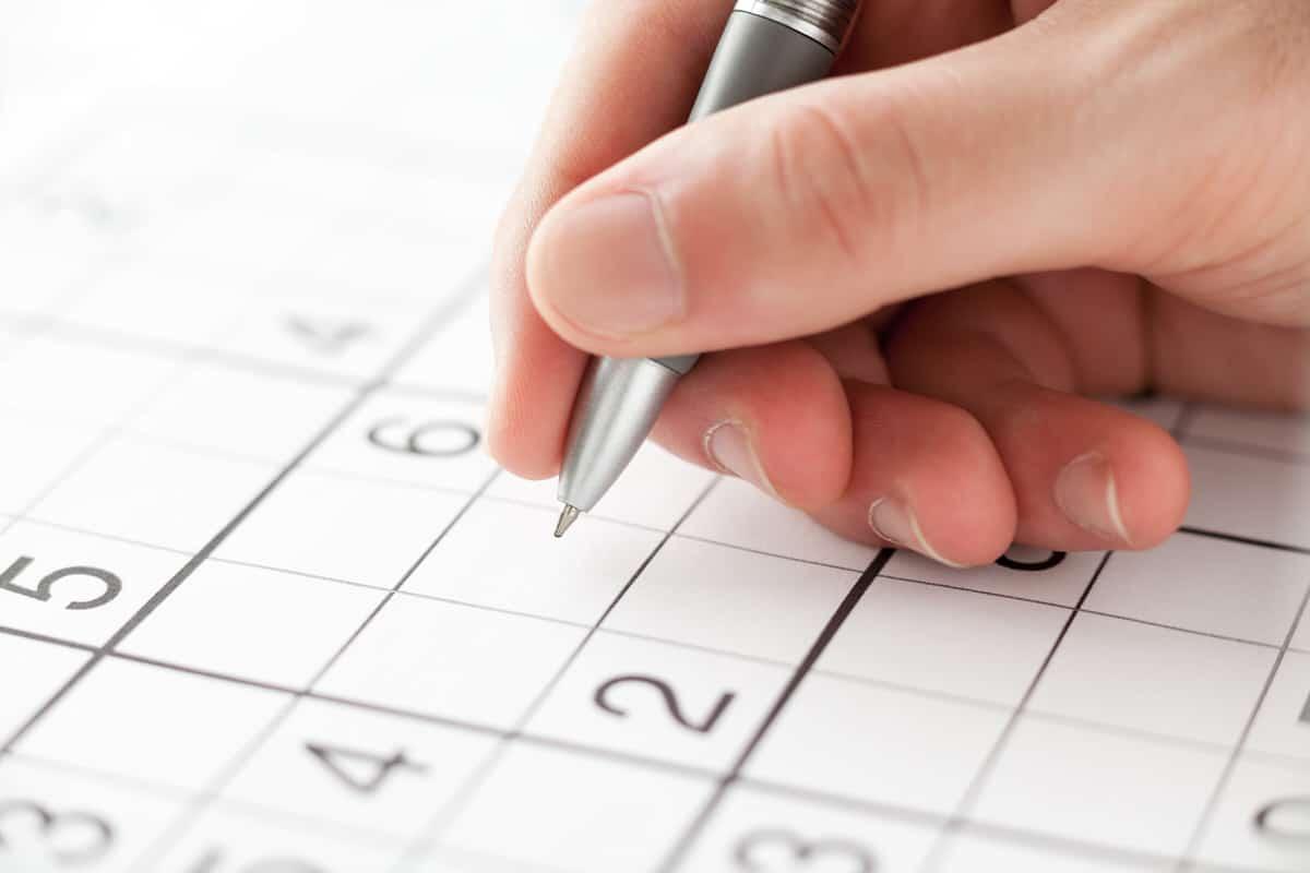 Wie viele Zahlen müssen beim Sudoku mindestens vorgegeben sein, damit es nur eine richtige Antwort gibt?