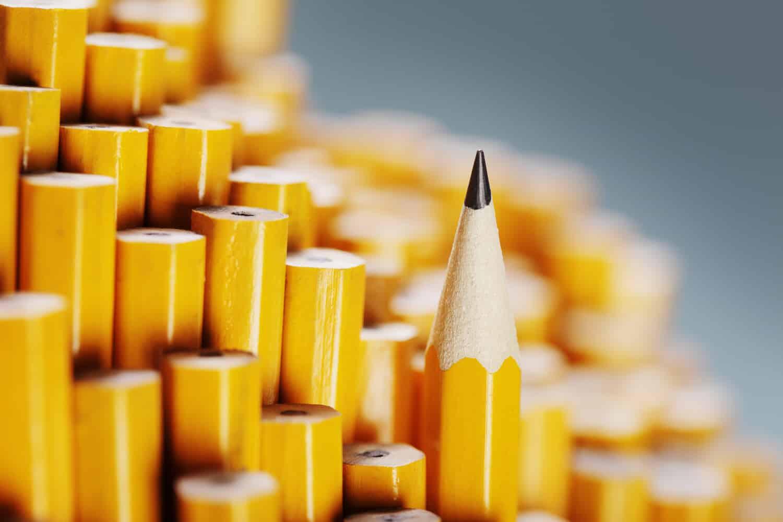 Wie kommt die Mine in den Bleistift?